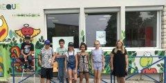 Quelques adolescents devant la fresque peinte